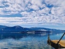 Μπλε λίμνη από ένα πορθμείο Στοκ εικόνα με δικαίωμα ελεύθερης χρήσης