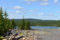 Μπλε λίμνη κοντά στο παλαιό εγκαταλειμμένο ορυχείο στοκ φωτογραφία με δικαίωμα ελεύθερης χρήσης