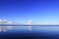 μπλε λίμνη πέρα από τον ουρανό Στοκ Εικόνα
