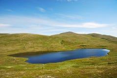 Μπλε λίμνη στα κεκλιμένα βουνά Soroya. στοκ φωτογραφίες με δικαίωμα ελεύθερης χρήσης