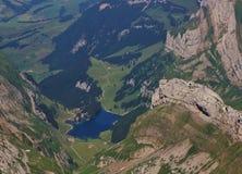 Μπλε λίμνη Seealpsee και ορατά στρώματα βράχου Στοκ εικόνες με δικαίωμα ελεύθερης χρήσης