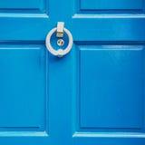 μπλε λαβή του Λονδίνου στο παλαιό καφετί καρφί ορείχαλκου πορτών σκουριασμένο και στοκ φωτογραφίες με δικαίωμα ελεύθερης χρήσης