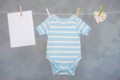 Μωρό στη σκοινί για άπλωμα στοκ φωτογραφία με δικαίωμα ελεύθερης χρήσης