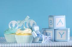 Μπλε αγοράκι τρία θέματος cupcakes και κιβώτια δώρων εύνοιας μωρών Στοκ Φωτογραφίες