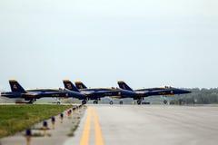 Μπλε αεριωθούμενα αεροπλάνα αγγέλων στο διάδρομο Στοκ φωτογραφίες με δικαίωμα ελεύθερης χρήσης