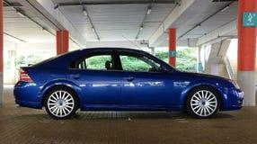 Μπλε αθλητικό αυτοκίνητο στο γκαράζ Στοκ εικόνες με δικαίωμα ελεύθερης χρήσης
