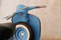 Μπλε αναδρομικό μηχανικό δίκυκλο Στοκ εικόνα με δικαίωμα ελεύθερης χρήσης