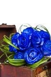 Μπλε ανθοδέσμη τριαντάφυλλων στο ξύλινο κιβώτιο Στοκ Εικόνες
