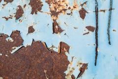 Μπλε αποφλοίωση χρωμάτων από τη σκουριασμένη μεταλλική επιφάνεια Στοκ Φωτογραφία