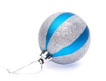 Μπλε-ασημένια σφαίρα Χριστουγέννων Στοκ Εικόνα