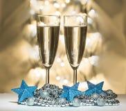 Μπλε αστέρια Χριστουγέννων, γυαλιά κρασιού Στοκ εικόνα με δικαίωμα ελεύθερης χρήσης