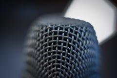 Μπλε ατμόσφαιρα λεπτομέρειας μικροφώνων μακρο στενή επάνω Στοκ Φωτογραφία