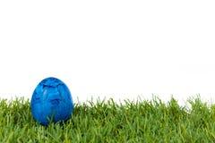 Μπλε αυγό Πάσχας στην πράσινη χλόη απομονωμένο στο λευκό υπόβαθρο στοκ φωτογραφία με δικαίωμα ελεύθερης χρήσης