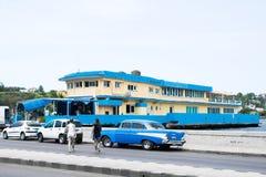 Μπλε αυτοκίνητα και μπλε κτήρια Αβάνα Στοκ Εικόνες