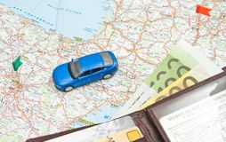 Μπλε αυτοκίνητο και πορτοφόλι στο χάρτη Στοκ φωτογραφία με δικαίωμα ελεύθερης χρήσης