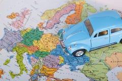 Μπλε αυτοκίνητο παιχνιδιών και παγκόσμιος χάρτης Στοκ φωτογραφίες με δικαίωμα ελεύθερης χρήσης