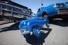 Μπλε αυτοκίνητο ώθησης Lowrider συνήθειας Στοκ εικόνα με δικαίωμα ελεύθερης χρήσης