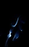 Μπλε αφηρημένο λοφίο τέχνης καπνού που ανεβαίνει και κάτω Στοκ φωτογραφίες με δικαίωμα ελεύθερης χρήσης
