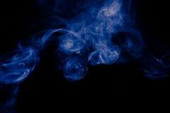 Μπλε αφηρημένο σχέδιο καπνού στο μαύρο υπόβαθρο Στοκ εικόνες με δικαίωμα ελεύθερης χρήσης