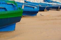 Μπλε αλιευτικά σκάφη στην παραλία Sidi Kaouki Στοκ Φωτογραφία