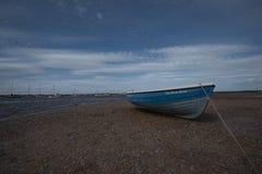 Μπλε βάρκα και μπλε ουρανός στο Norfolk Στοκ Φωτογραφία