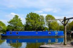 Μπλε βάρκα καναλιών στην αποβάθρα Lapworth Στοκ Φωτογραφίες