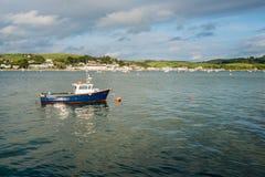 Μπλε βάρκα μηχανών αλιείας που δένεται στην εκβολή σε Appledore, Devon Στοκ Εικόνα