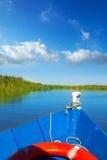 Μπλε βάρκα που πλέει στη λίμνη Albufera της Βαλένθια Στοκ Εικόνες