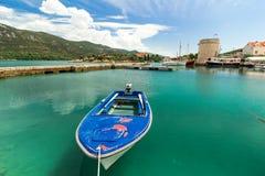 Μπλε βάρκα στο λιμένα στο Μαλί Ston στην Κροατία Στοκ εικόνα με δικαίωμα ελεύθερης χρήσης