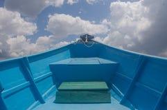 Μπλε βάρκα φίμπεργκλας στοκ εικόνα