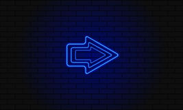 Μπλε βέλος νέου σε ένα υπόβαθρο τούβλου ελεύθερη απεικόνιση δικαιώματος