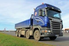 Μπλε βαρέων καθηκόντων φορτηγό Scania σε έναν χώρο στάθμευσης Στοκ εικόνες με δικαίωμα ελεύθερης χρήσης