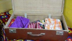 Μπλε βαλίτσα φορεμάτων απόθεμα βίντεο