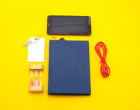 Μπλε βιβλίο με το έξυπνο τηλεφωνικό αντικείμενο βασικό καλώδιο usb σε κίτρινο χαρτί Στοκ Εικόνα