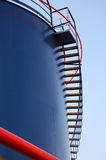 Μπλε βιομηχανική δεξαμενή με τη σκάλα Στοκ εικόνα με δικαίωμα ελεύθερης χρήσης