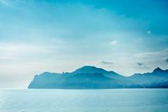 Μπλε βουνά και μπλε θάλασσα Σκιαγραφία του βουνού Karadag στοκ φωτογραφία με δικαίωμα ελεύθερης χρήσης