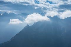 Μπλε βουνά με τα σύννεφα Στοκ Φωτογραφία