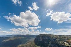 Μπλε βουνά στο Σίδνεϊ, Αυστραλία Νεφελώδεις μπλε ουρανός και σκιές Άμεσο φως του ήλιου Στοκ Φωτογραφία