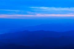 Μπλε βουνό με το μπλε ουρανό Στοκ Φωτογραφία