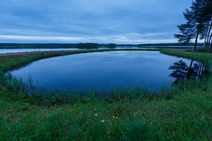 Μπλε βράδυ στη λίμνη Στοκ Εικόνες