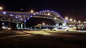 Μπλε γέφυρα νερού τη νύχτα Στοκ φωτογραφίες με δικαίωμα ελεύθερης χρήσης