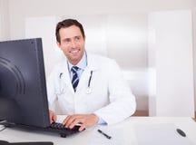 μπλε γιατρός ανασκόπησης ιατρικός πέρα από το χαμόγελο του στηθοσκοπίου Στοκ φωτογραφίες με δικαίωμα ελεύθερης χρήσης