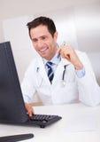 μπλε γιατρός ανασκόπησης ιατρικός πέρα από το χαμόγελο του στηθοσκοπίου Στοκ Φωτογραφία