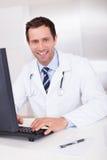μπλε γιατρός ανασκόπησης ιατρικός πέρα από το χαμόγελο του στηθοσκοπίου Στοκ εικόνα με δικαίωμα ελεύθερης χρήσης
