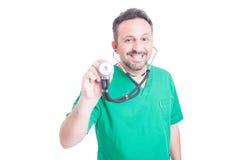 μπλε γιατρός ανασκόπησης ιατρικός πέρα από το χαμόγελο του στηθοσκοπίου Στοκ Εικόνες