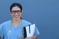 μπλε γιατρός ανασκόπησης ιατρικός πέρα από το χαμόγελο του στηθοσκοπίου Πέρα από το μπλε υπόβαθρο Στοκ Εικόνες