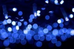 Μπλε γιρλάντα Χριστουγέννων φω'των - bokeh Στοκ Φωτογραφία