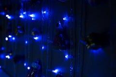 Μπλε γιρλαντών στο σκοτάδι Στοκ εικόνα με δικαίωμα ελεύθερης χρήσης