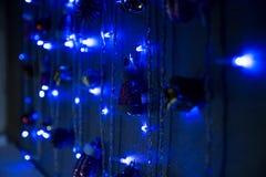 Μπλε γιρλαντών στο σκοτάδι Στοκ Φωτογραφίες