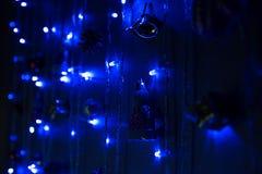 Μπλε γιρλαντών στο σκοτάδι Στοκ Εικόνα